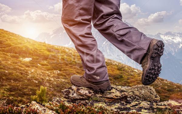 Uzun yürüyüşe çıkan kimse ayakta üst dağ gündoğumu Stok fotoğraf © Geribody