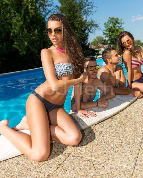 çekici genç kadın güneşlenme havuz arkadaşlar plaj Stok fotoğraf © Geribody