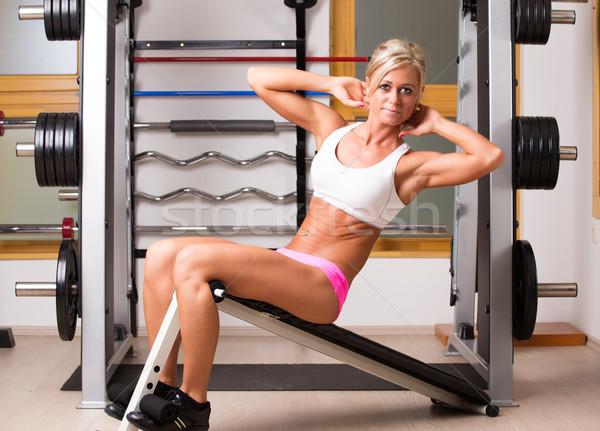 Mujer abdomen músculos banco mujeres Foto stock © Geribody