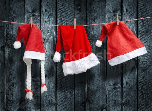 Drie kerstman hoed opknoping waslijn hout Stockfoto © Geribody