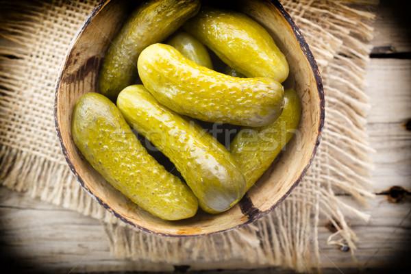 Komkommer augurken houten kom tabel plantaardige Stockfoto © gitusik