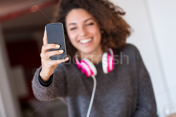Vrouw keuken wazig glimlachende vrouw smartphone Stockfoto © Giulio_Fornasar