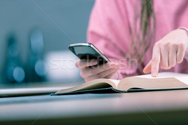 Femme téléphone portable lecture livre Photo stock © Giulio_Fornasar