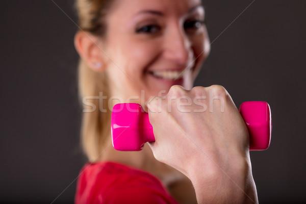 Fókusz súlyemelés mosolygó nő kicsi rózsaszín súlyzó Stock fotó © Giulio_Fornasar