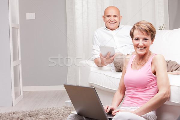 Maturité couple lecture nouvelles numérique Photo stock © Giulio_Fornasar