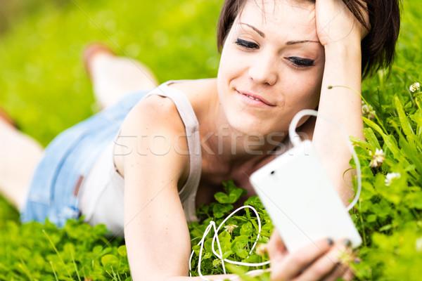Stok fotoğraf: çekici · genç · kadın · rahatlatıcı · çayır · cep · telefonu · kulak