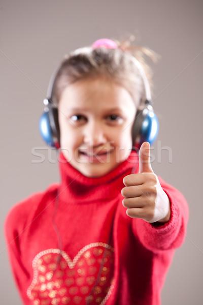 ストックフォト: 右 · 音楽 · 女の子 · 浅い · フィールド · 音楽を聴く