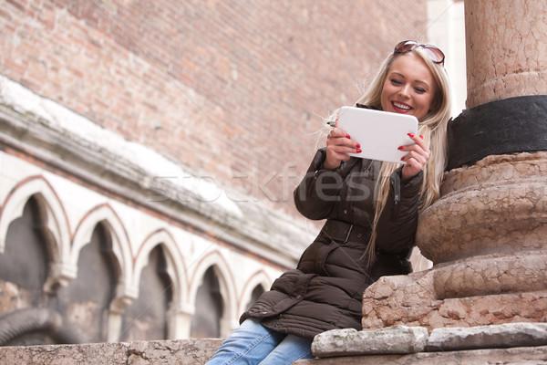 Sonriendo nina tableta aire libre turísticos Foto stock © Giulio_Fornasar