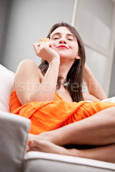 Stok fotoğraf: Kız · tatma · kurabiye · kanepe · güzel · genç · kadın