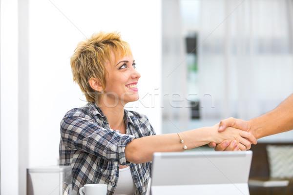Sonriendo jóvenes mujer de negocios apretón de manos escritorio ordenador Foto stock © Giulio_Fornasar