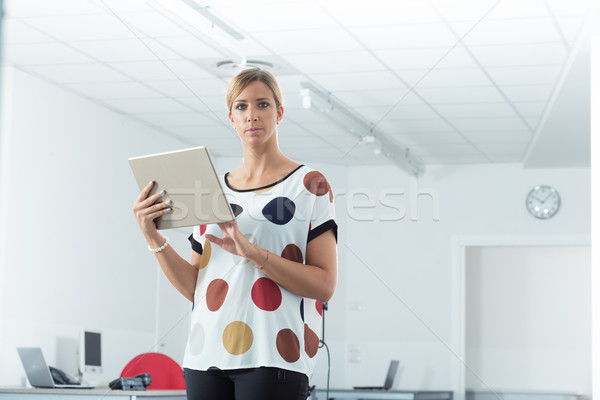 Donna pronto verificare rispondere giovani impiegato Foto d'archivio © Giulio_Fornasar