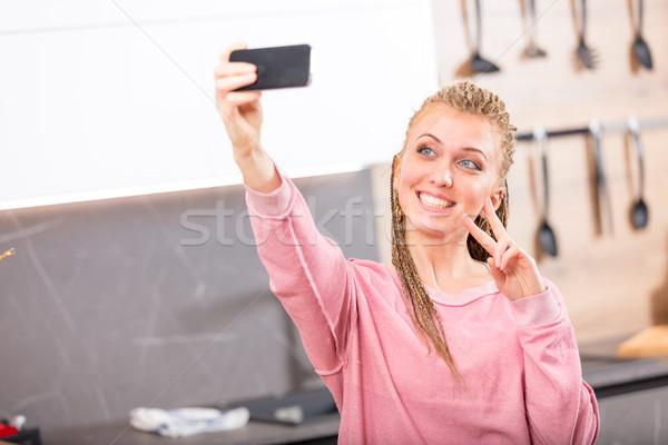 Gülümseyen kadın poz cep telefonu mutfak ev Stok fotoğraf © Giulio_Fornasar