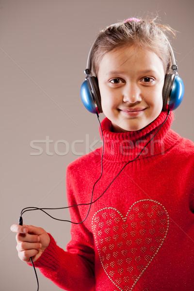 ストックフォト: 女の子 · リスニング · ヘッドホン · 音楽を聴く · 青 · 幸せ