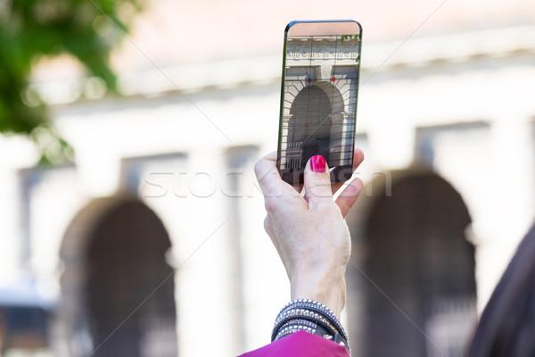 Nő város elvesz fényképek átlátszó telefon Stock fotó © Giulio_Fornasar