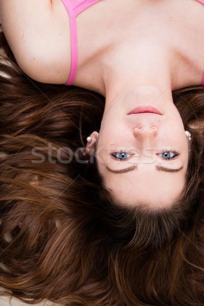 Yeux bleus fille à l'envers portrait rouge salon Photo stock © Giulio_Fornasar
