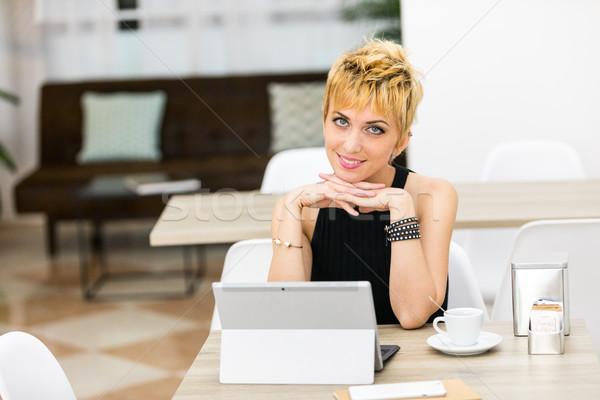 Femme d'affaires maison cafétéria femme souriante tête Photo stock © Giulio_Fornasar