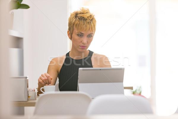 Belo mulher de negócios trabalhando café curto penteado Foto stock © Giulio_Fornasar