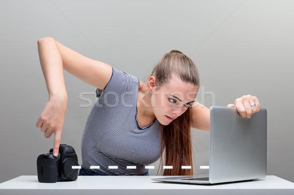 Kobieta zdjęcia aparat cyfrowy przycisk dslr Zdjęcia stock © Giulio_Fornasar