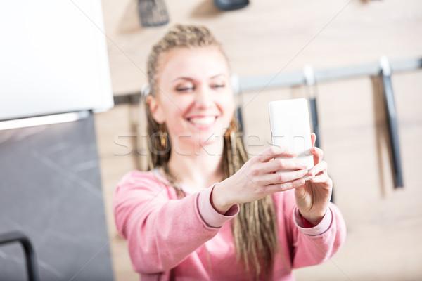 Stock fotó: Nő · készít · konyha · fiatal · csinos · nő · küldés