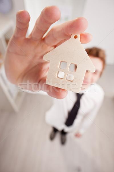 Immobiliari venditore up piccolo casa grandangolo Foto d'archivio © Giulio_Fornasar
