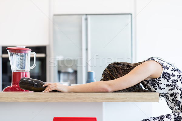 Dronken vrouw keukentafel zijaanzicht meisje Rood Stockfoto © Giulio_Fornasar