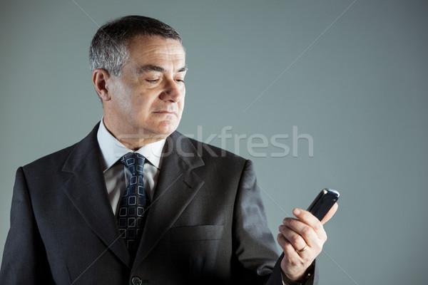 Zakenman lezing mobiele telefoon ernstig Stockfoto © Giulio_Fornasar
