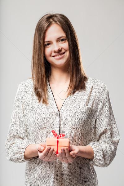 Spokojny uśmiechnięta kobieta dar ręce słodkie kobieta Zdjęcia stock © Giulio_Fornasar