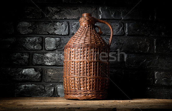 Foto stock: Botella · mesa · de · madera · pared · de · ladrillo · vino