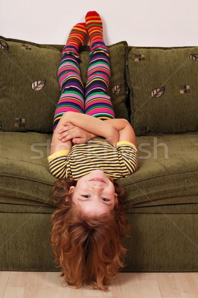 Meisje ondersteboven bed kind kamer leuk Stockfoto © goce