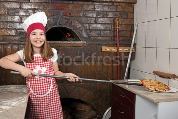 Mutlu küçük kız pişirmek gerçek pizza pizzacı Stok fotoğraf © goce