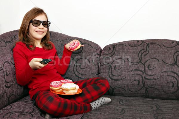 Foto stock: Little · girl · óculos · 3d · assistindo · tv · comer