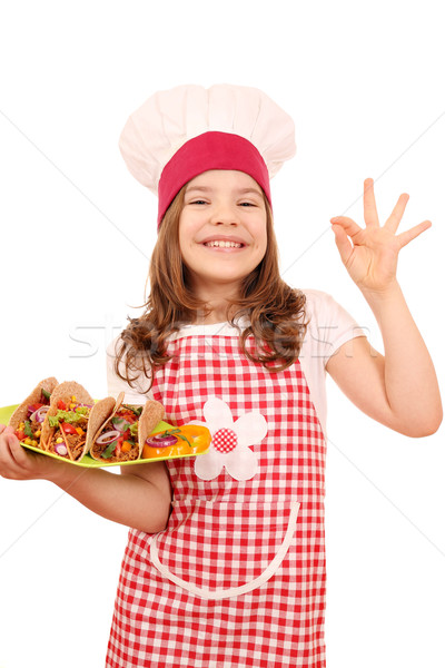 Feliz little girl cozinhar tacos sinal da mão Foto stock © goce
