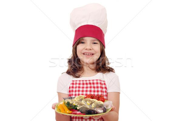 Felice bambina cuoco preparato trota pesce Foto d'archivio © goce