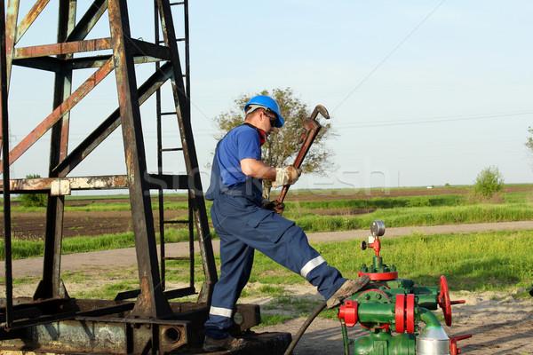 Lavoratore pipe chiave conduttura campo industria Foto d'archivio © goce