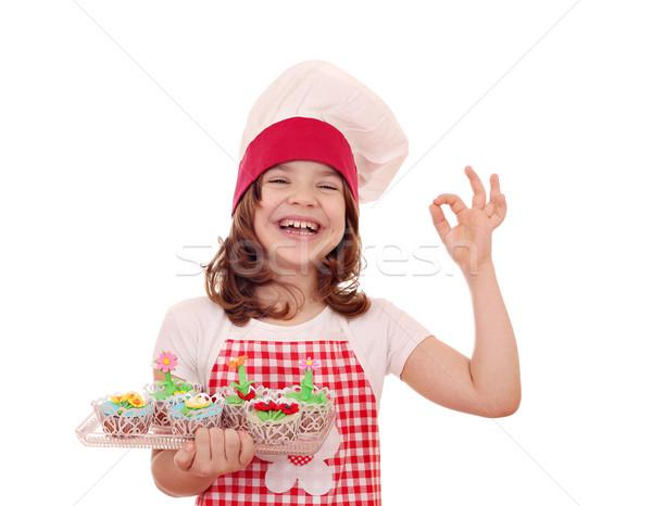 Glücklich kleines Mädchen Koch Muffin Handzeichen Stock foto © goce