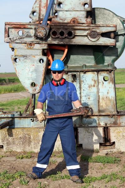 Olajmunkás cső franciakulcs mező ipar munkás Stock fotó © goce