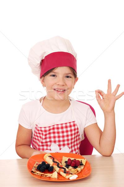 Boldog kislány szakács ok kézjel mosoly Stock fotó © goce