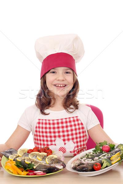 Heureux petite fille Cook truite plaque fille Photo stock © goce