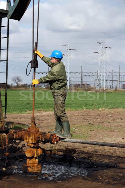 Olajmunkás csekk olaj pumpa ipar munkás Stock fotó © goce