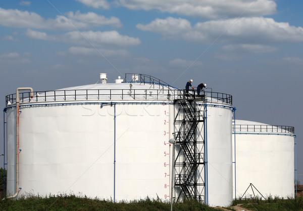 Travailleurs pétrolières réservoir industrie travaux vert Photo stock © goce