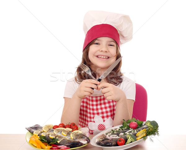 Szczęśliwy dziewczynka gotować przygotowany pstrąg gotowy Zdjęcia stock © goce
