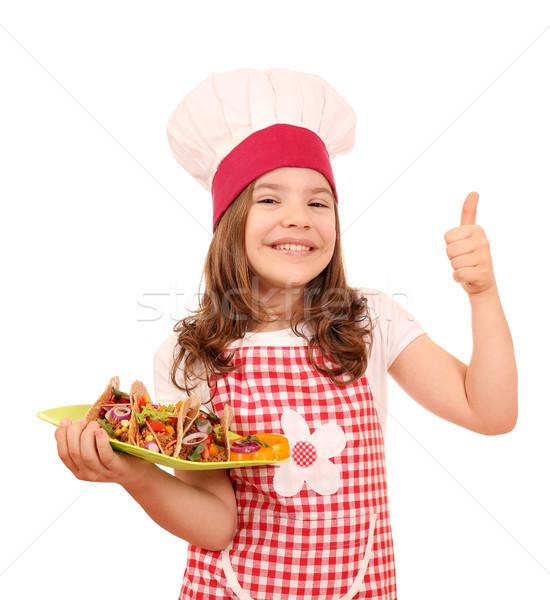 Feliz little girl cozinhar tacos polegar para cima Foto stock © goce