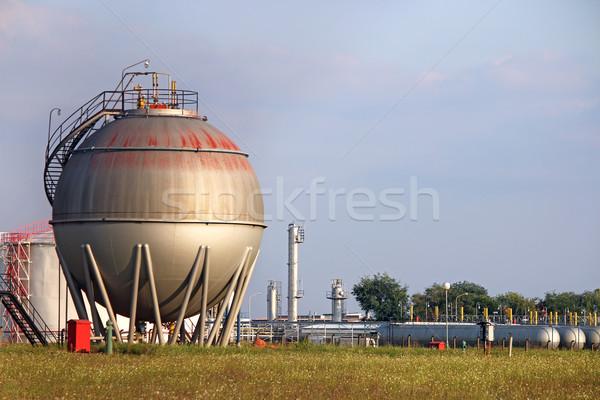 Refinería petróleo tanque industria cielo verde Foto stock © goce