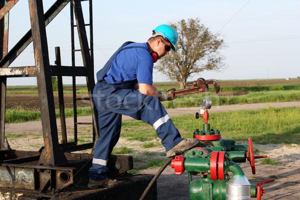 Oliearbeider sleutel controleren pijpleiding veld industrie Stockfoto © goce