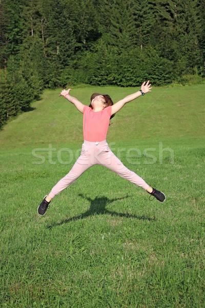 Stockfoto: Gelukkig · meisje · springen · veld · gras · bos
