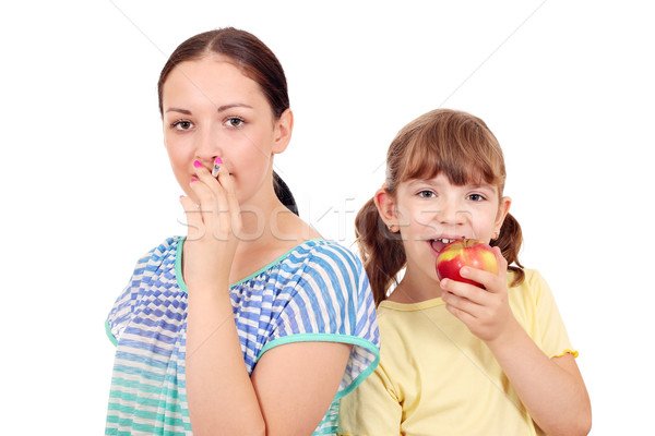 Mädchen Rauchen Zigarette kleines Mädchen Essen Apfel Stock foto © goce