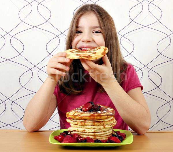 Hongerig meisje eten meisje glimlach vruchten Stockfoto © goce