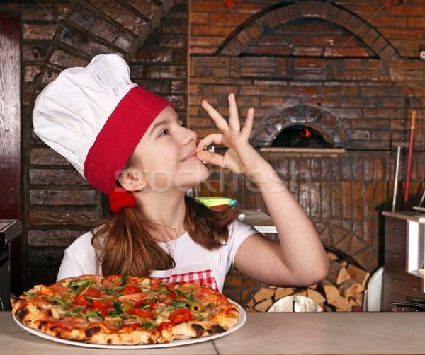Mutlu küçük kız pişirmek pizza neden el işareti Stok fotoğraf © goce