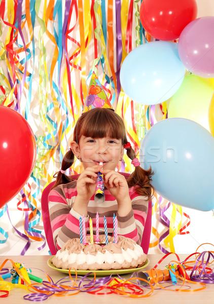 Feliz little girl trombeta bolo festa de aniversário sorrir Foto stock © goce