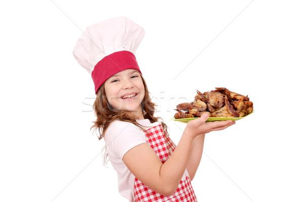 Felice bambina cuoco pollo ali Foto d'archivio © goce